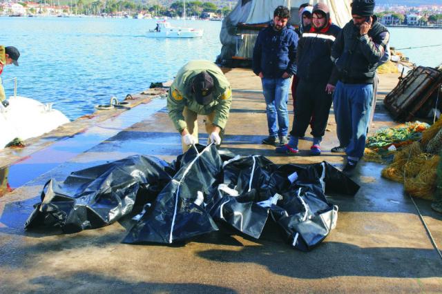 Na snímke telá utopených migrantov