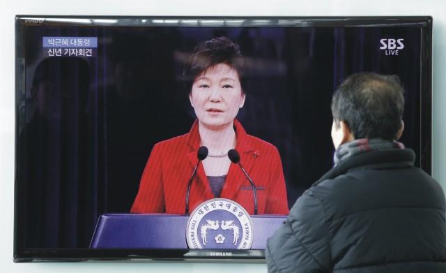 Kancelária juhokórejskej prezidentky Pak Kun-hje o tom dnes informovala prostredníctvom vyhlásenia. Na snímke muž sleduje v televízori juhokórejskú prezidentku Pak Kun-hje
