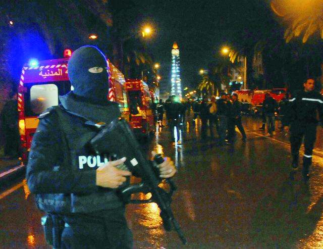 Na archívnej snímke tuniský policajt