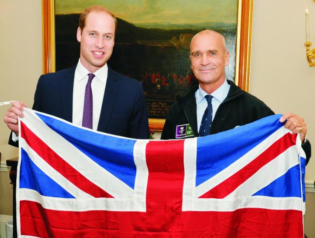Na archívnej snímke princ  William a britský bádateľ  Henry Worsley