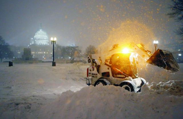 Jedna z najmohutnejších snehových víchric za posledné roky zasiahla v piatok severovýchodné pobrežie Spojených štátov