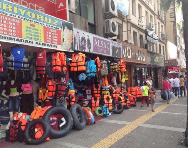 Záchranné vesty a iné pomôcky na preplávanie mora pre migrantov, ktoré sú predávané na tureckom trhu. Foto: Twitter