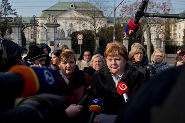 Na snímke vpravo predsedníčka OZ SaPA Monika Kavecká a vľavo prezidentka Slovenskej komory sestier a pôrodných asistentiek Iveta Lazorová počas brífingu s novinármi pred Úradom vlády
