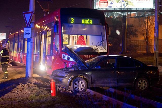 Na snímke zrážka električky a osobného auta, ku ktorej došlo na Račianskej ulici v Bratislave