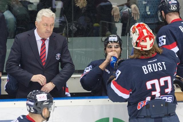 Na snímke lavička Slovana, vľavo tréner Miloš Říha, vpravo brankár Barry Brust