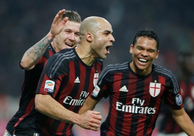 Na snímke vľavo slovenský hráč AC Miláno Juraj Kucka gratuluje so poluhráčom Carlosom Baccom (vpravo) pravo Alexovi Diasovi de Costovi ku gólu v zápase 22. kola talianskej Serie A AC Miláno - Inter Miláno