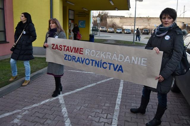 Zdravotné sestry s transparentom počas tlačovej konferencie na tému Mimoriadna situácia vo Fakultnej nemocnici v Trnave ohľadom poskytovania zdravotnej starostlivosti v súvislosti s výpoveďami sestier, v Trnave vo štvrtok 14. januára 2016