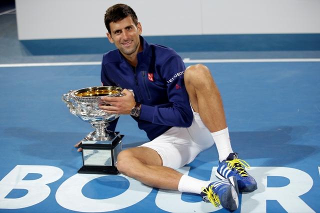 Srbský tenista Novak Djokovič pózuje s trofejou po tom, ako sa stal šiestykrát v kariére víťazom dvojhry na grandslamovom turnaji Australian Open v Melbourne