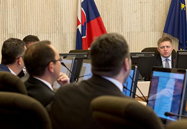 Na snímke vpravo v pozadí predseda vlády SR Robert Fico
