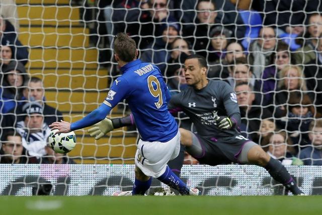 Na ilustračnej snímke vľavo hráč Leicesteru Jamie Vardy
