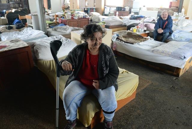 Na snímke bezdomovci v izbe