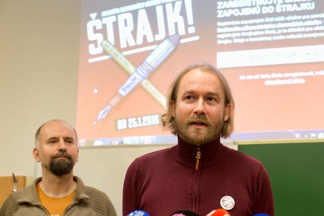 Na snímke vpravo Vladimír Crmoman zo Štrajkového výboru Iniciatívy slovenských učiteľov