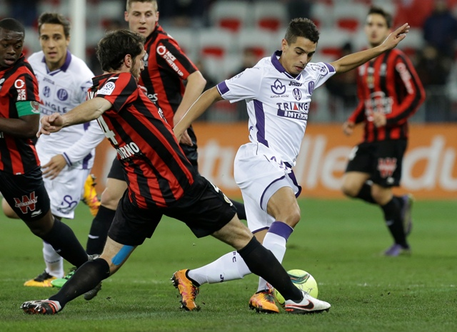 Na snímke hráč Nice Paul Baysse, vpravo hráč Toulouse Wissam Ben Yedder v zápase 24. kola francúzskej futbalovej Ligue 1 OGC Nice - FC Toulouse