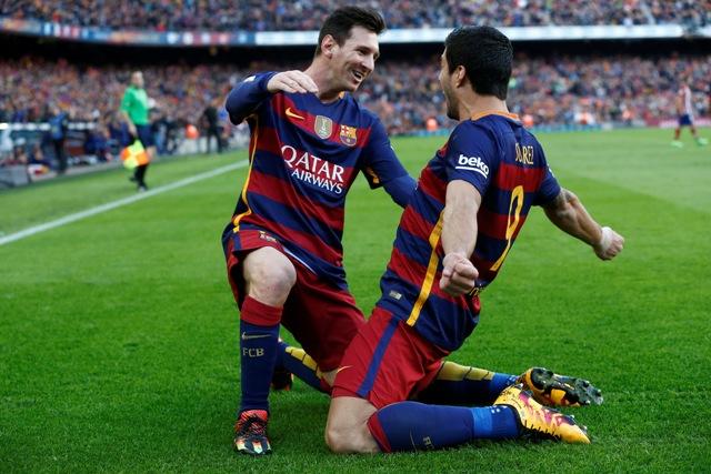 Na snímke vpravo uruguajský útočník Barcelony Luis Suarez a vľavo jeho argentínsky spoluhráč v útoku Lionel Messi