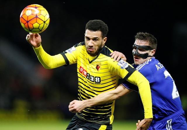 Na snímke vľavo hráč Watfordu Etienne Capoue, vprasvo hráč Chelsea César Azpilicueta v zápase 24. kola anglickej futbalovej Premier League FC Watford - FC Chcelsea