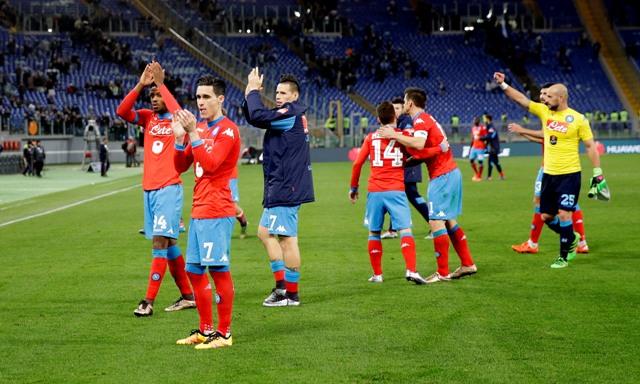 Na snímke tretí zľava Marek Hamšík z Neapola zdraví so spoluhráčmi fanúšikov po víťazstve 2:0 v zápase 23. kola talianskej futbalovej Serie A Lazio Rím - SSC Neapol