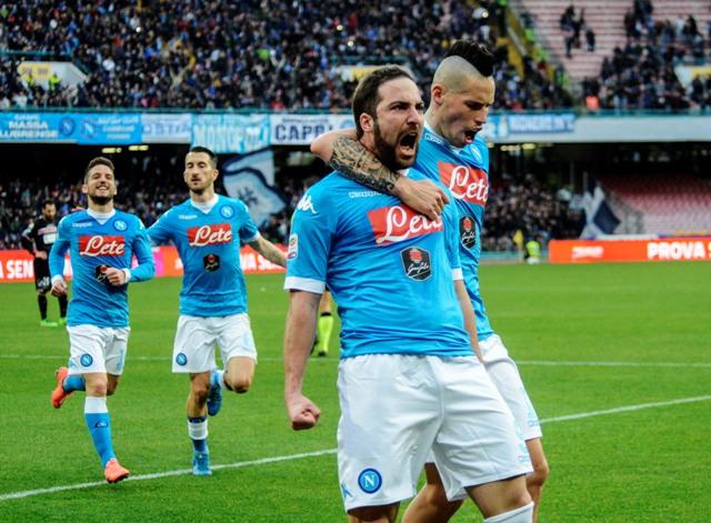 Na snímke hráč Neapola Gonzalo Higuain oslavuje svoj gól s kapitánom Marekom Hamšíkom v zápase 23. kola talianskej Serie A SSC Neapol - Carpi