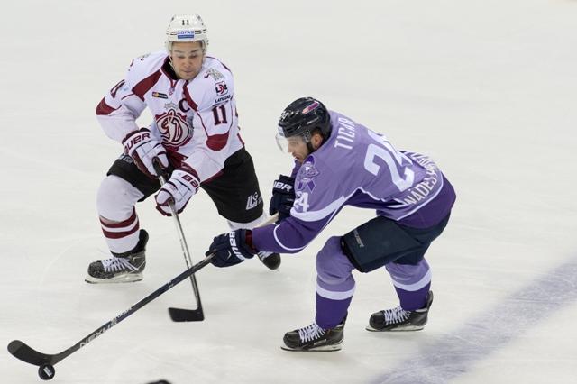 Na snímke vpravo Rok Tičar (Slovan) a vľavo Kristaps Sotnieks (Dinamo) v hokejovom stretnutí KHL medzi HC Slovan Bratislava - Dinamo Riga
