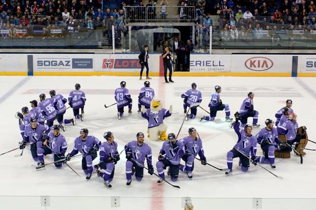 Na snímke rituál hráčov Slovana po hokejovom stretnutí KHL HC Slovan Bratislava - Dinamo Riga