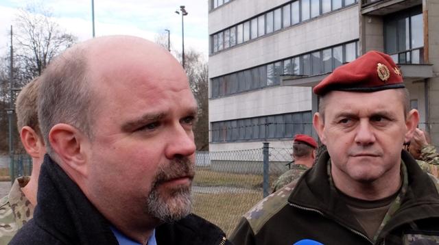 Na snímke vľavo Chargé d'Affaires Veľvyslanectva USA Liam Wasley a vpravo veliteľ 5.pluku špeciálneho útvaru Ľubomír Šebo počas návštevy spoločného výcviku slovenských a amerických vojakov na cvičisku 5. pluku špeciálneho určenia v Žiline