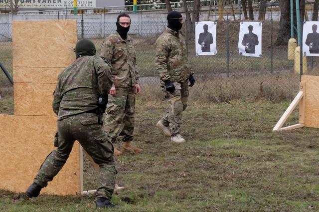 Na snímke spoločný výcvik slovenských a amerických vojakov na cvičisku 5. pluku špeciálneho určenia počas návštevy Chargé d'Affaires Veľvyslanectva USA Liama Wasleya v Žiline