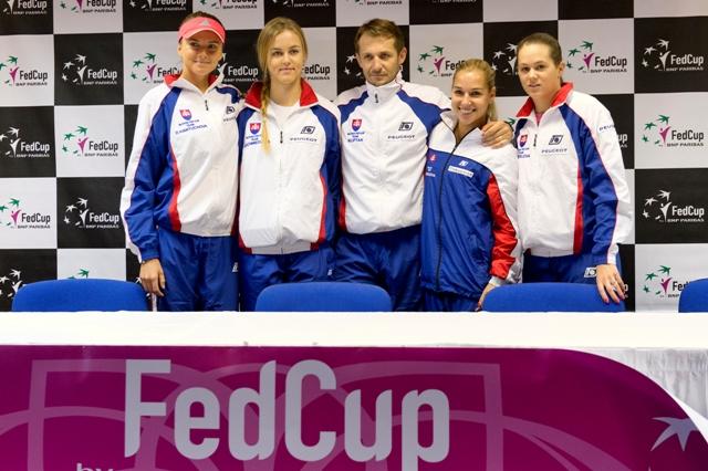 Na snímke tím Slovenska, zľava Daniela Hantuchová, Anna Karolína Schmiedlová, kapitán tímu Matej Lipták, Dominika Cibulková a Jana Čepelová