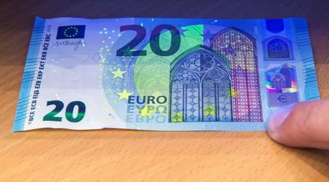 Ultrafialové svetlo ukazuje ochranné prvky novej dvadsaťeurovej bankovky