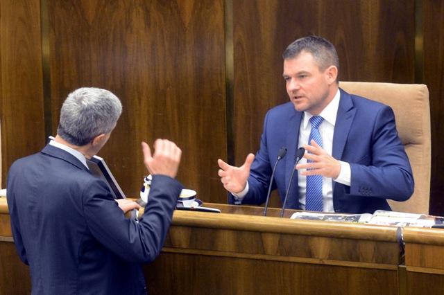 Na snímke vpravo predseda NR SR Peter Pellegrini (Smer-SD) a vľavo poslanec NR SR Béla Bugár (Most-Híd)