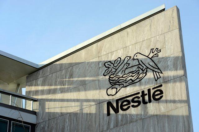 Na snímke logo švajčiarskeho potravinárskeho koncernu Nestlé v sídle spoločnosti vo švajčiarskom meste Vevey