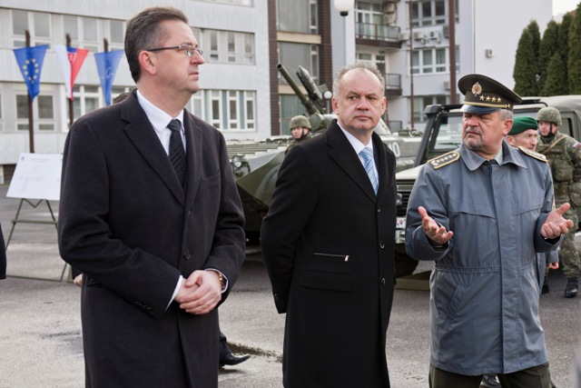 Na snímke zľava minister obrany Martin Glváč, prezident SR Andrej Kiska a náčelnk Generálneho štábu Ozbrojených síl SR Milan Maxim počas Veliteľského zhromaždenia náčelníka Generálneho štábu Ozbrojených síl SR