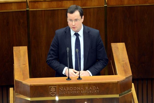 Na snímke rokovanie minister školstva, vedy, výskumu a športu SR Juraj Draxler počas rokovania  mimoriadnej