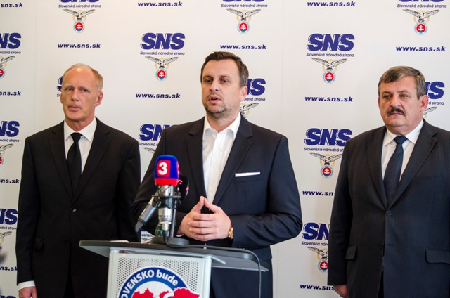 Na snímke zľava prvý podpredseda Slovenskej národnej strany (SNS) Jaroslav Paška, predseda SNS Andrej Danko a podpredseda SNS Anton Hrnko