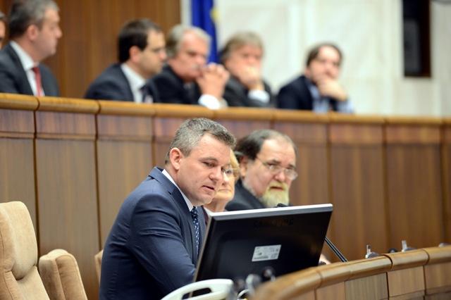 Na snímke zľava predseda NR SR Peter Pellegrini, podpredsedníčka NR SR Jana Laššáková a podpredseda NR SR Miroslav Číž počas rokovania mimoriadnej, 61. schôdze parlamentu
