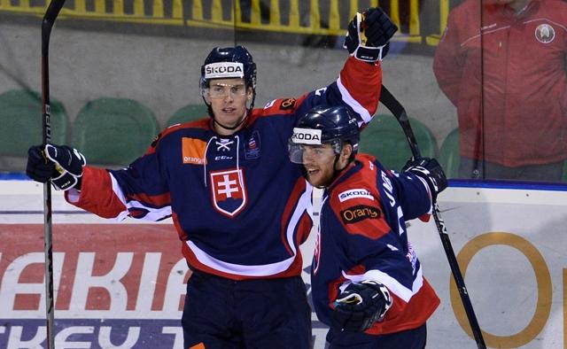 Slovák Peter Cehlárik (vľavo) sa teší s Adamom Jánošíkom po strelení víťazného gólu na 2:1 v zápase Slovensko - Bielorusko na turnaji Slovakia Cup v Žiline