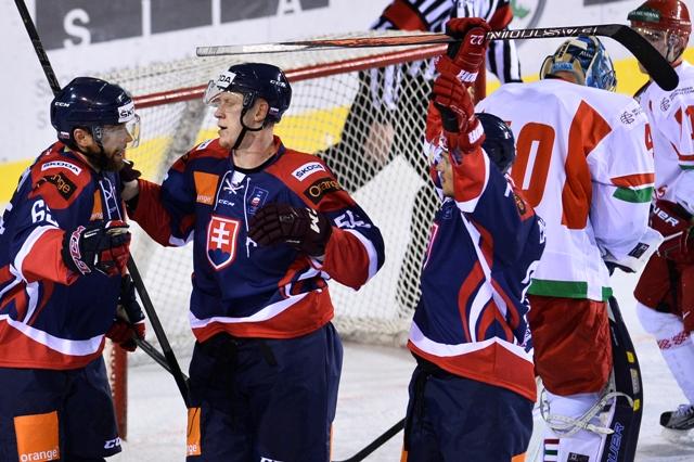 Slovák Tomáš Marcinko (vľavo) sa teší so spoluhráčmi Michalom Čajkovským (druhý zľava) a Vladimírom Draveckým po strelení vyrovnávajúceho gólu na 1:1 v zápase Slovensko - Bielorusko na turnaji Slovakia Cup v Žiline