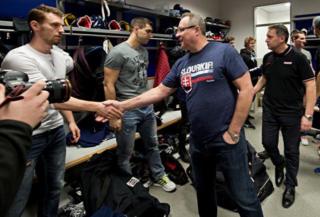 Na snímke druhý sprava generálny manažér slovenskej hokejovej reprezentácie Róbert Švehla a vpravo v pozadí tréner Olympijského tímu SR Peter Oremus