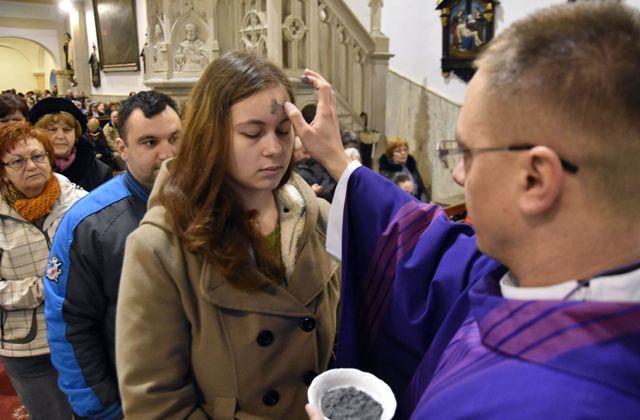"""V rímskokatolíckej cirkvi v celom svete sa Popolcovou stredou 10. februára 2016 začína v tomto roku 40-dňové obdobie pôstnej prípravy na Veľkú noc - najstarší a najvýznamnejší sviatok kresťanského cirkevného roka. Hlavným zmyslom Popolcovej stredy je pripomenúť ľuďom dôležitosť pokánia, prehĺbenia viery v Boha i lásky k blížnym. Súčasťou liturgie v katolíckych kostoloch v tento deň je posvätenie popola a kňazi robia popolom znak kríža na čelá veriacich so slovami: """"Pamätaj, že prach si a na prach sa obrátiš"""", alebo """"Kajajte sa a verte v Evanjelium"""""""