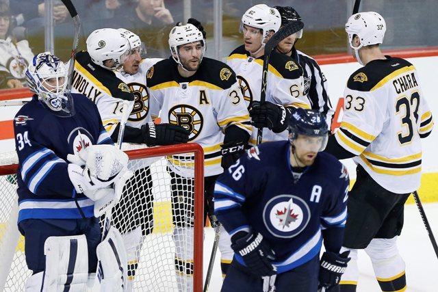 Na snímke sa hráči Bostonu tešia po góle Brada Marchanda, vpravo slovenský kapitán Bruins Zdeno Chára v zápase hokejovej NHL  Boston Bruins - Winnipeg Jets