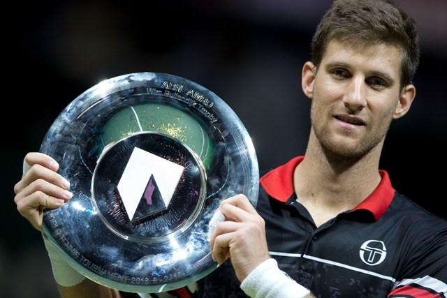 Slovenský tenista Martin Kližan pózuje s trofejou po zisku titulu na tenisovom turnaji ATP v holandskom Rotterdame