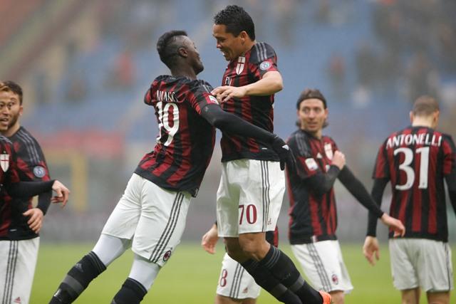 Futbalista AC Miláno Carlos Bacca (vpravo) sa teší po strelení gólu so spoluhráčom Mbayeom Niangom v nedeľňajšom zápase 25. kola talianskej Serie A,  AC Miláno - FC Janov