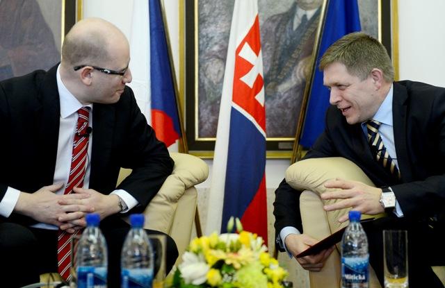 Na snímke premiér SR Robert Fico (vpravo) a  predseda vlády ČR Bohuslav Sobotka (vľavo)