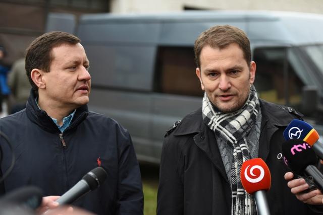 Na snímke sprava líder hnutia OĽaNO Igor Matovič a jeho právny zástupca Daniel Lipšic počas brífingu hnutia OĽaNO-NOVA na tému Odovzdanie účtovníctva vyšetrovateľovi z NAKA, v obci Borová