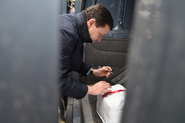 Na snímke Daniel Lipšic, právny zástupca lídra hnutia OĽaNO Igora Matoviča, podpisuje balík účtovníctva počas brífingu hnutia Obyčajní ľudia a nezávislé osobnosti (OĽaNO-NOVA) na tému Odovzdanie účtovníctva vyšetrovateľovi z NAKA, v obci Borová