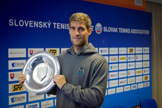 Slovenský tenista Martin Kližan pózuje s trofejou