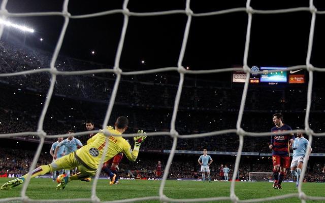 Luis Suarez (uprostred vľavo) z FC Barcelony strieľa gól v nedeľňajšom stretnutí 24. kola španielskej La Ligy proti Celte Vigo