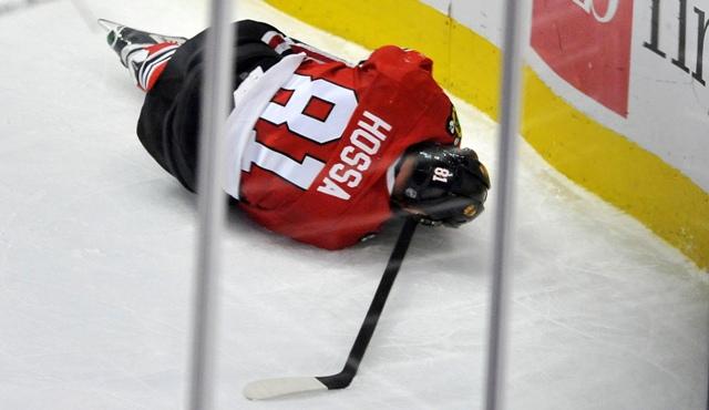 Hokejista Chicaga Blackhawks Slovák Marián Hossa leží na ľade v druhej tretine zápasu zámorskej hokejovej NHL proti Anaheimu Ducks