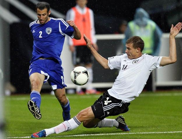 Na snímke futbalista Holger Badstuber (vpravo)