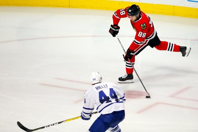 Hokejista Chicaga Blackhawks Patrick Kane (vpravo) strieľa gól proti Torontu Maple Leafs v zápase zámorskej hokejovej NHL