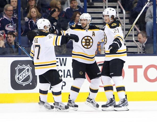 Hokejista Bostonu Bruins Loui Eriksson (vpravo) zo Švédska sa teší so spoluhráčmi po strelení víťazného gólu do brány Columbusu Blue Jackets v predĺžení zápasu zámorskej hokejovej NHL