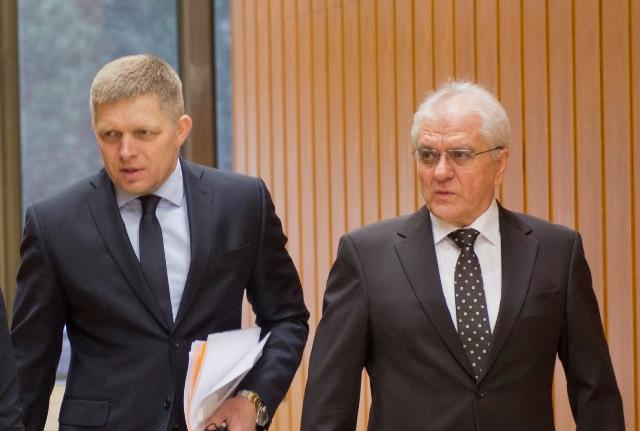 Predseda vlády SR Robert Fico a predseda Zboru poradcov predsedu vlády SR Vladimír Faič prichádzajú na 198. schôdzu vlády SR